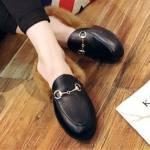 Zapatos planos con pelo y hebilla