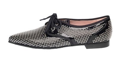 Zapatos oxfords de charol negro con tachas de Pretty Loafers